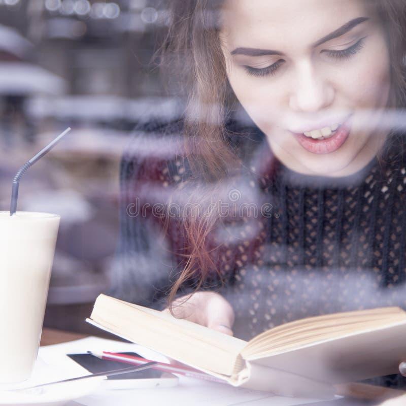 Café do inverno O estudante fêmea bonito novo aprecia o whil do café imagem de stock royalty free