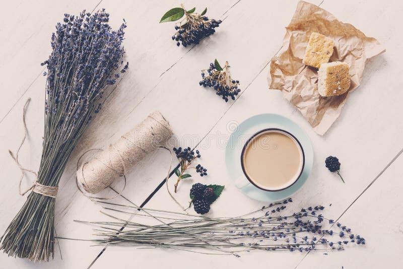 Café do Latte e composição das flores da alfazema na madeira branca foto de stock royalty free