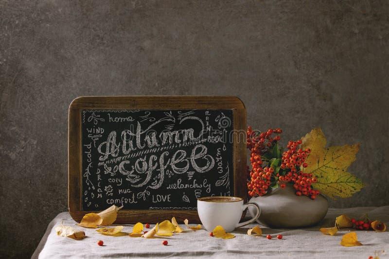Café do outono com folhas amarelas imagem de stock royalty free