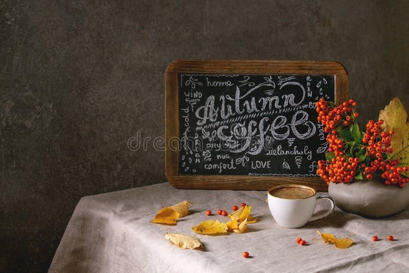 Café do outono com folhas amarelas fotografia de stock