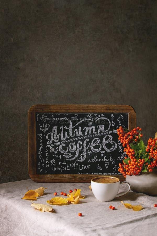 Café do outono com folhas amarelas fotografia de stock royalty free