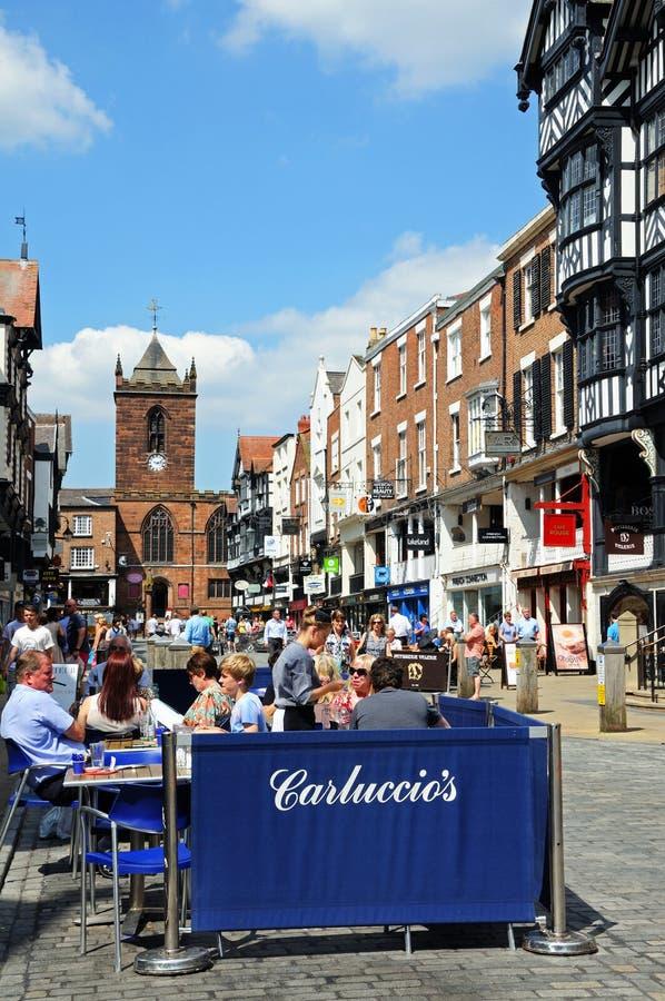 Café do pavimento ao longo da rua da ponte, Chester imagens de stock royalty free