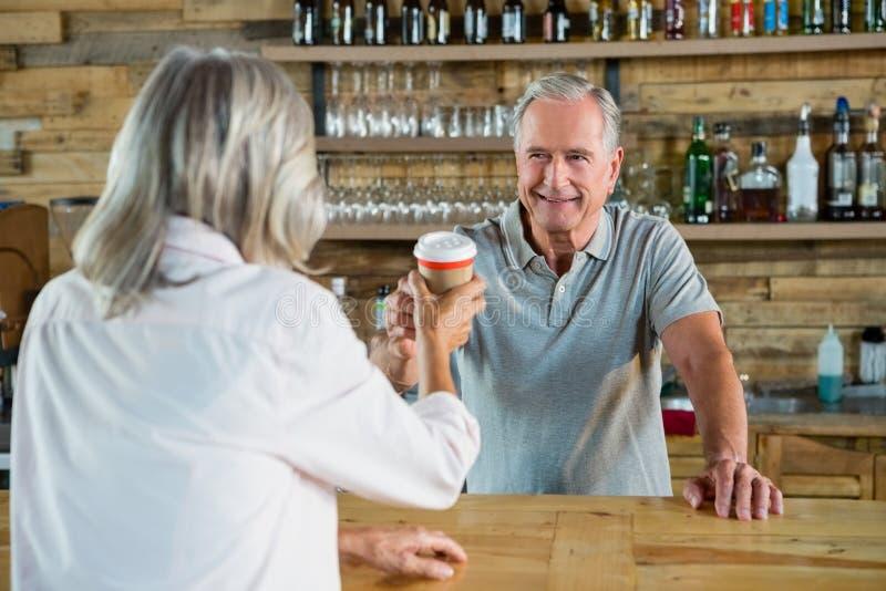 Café do serviço do homem superior à mulher imagens de stock royalty free