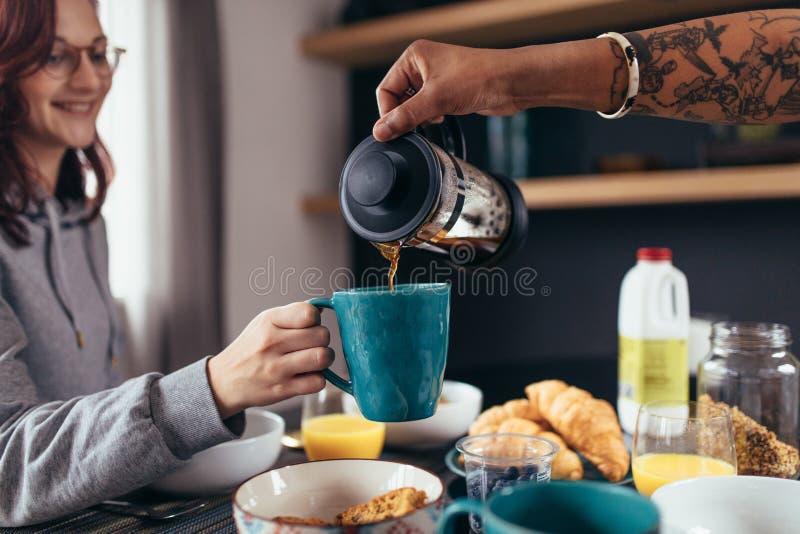 Café do serviço do noivo à amiga imagens de stock