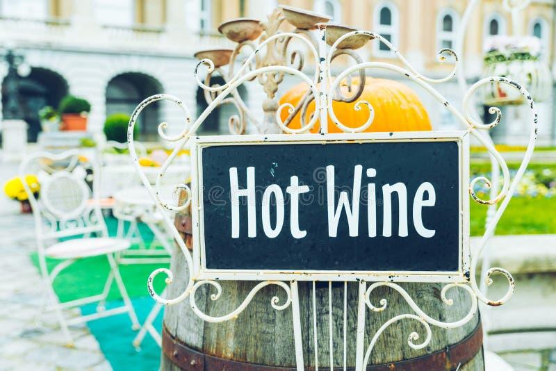 Café draußen mit heißem Weintext auf der Platte stockfoto