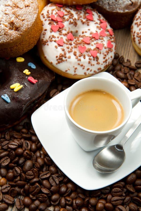 Café e anéis de espuma imagem de stock