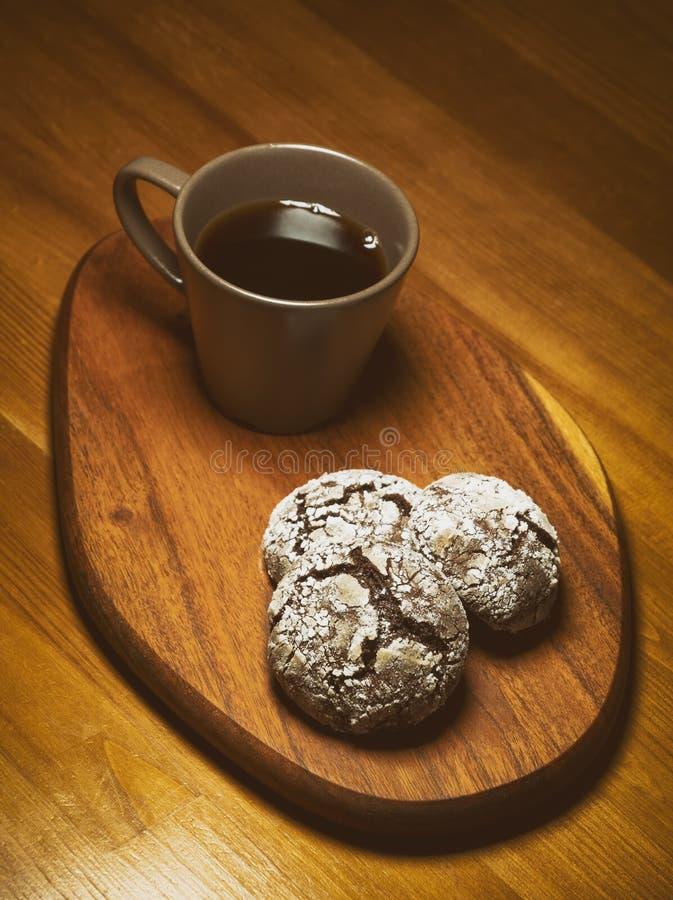 Café E Biscoitos De Chocolate Crachados fotografia de stock royalty free