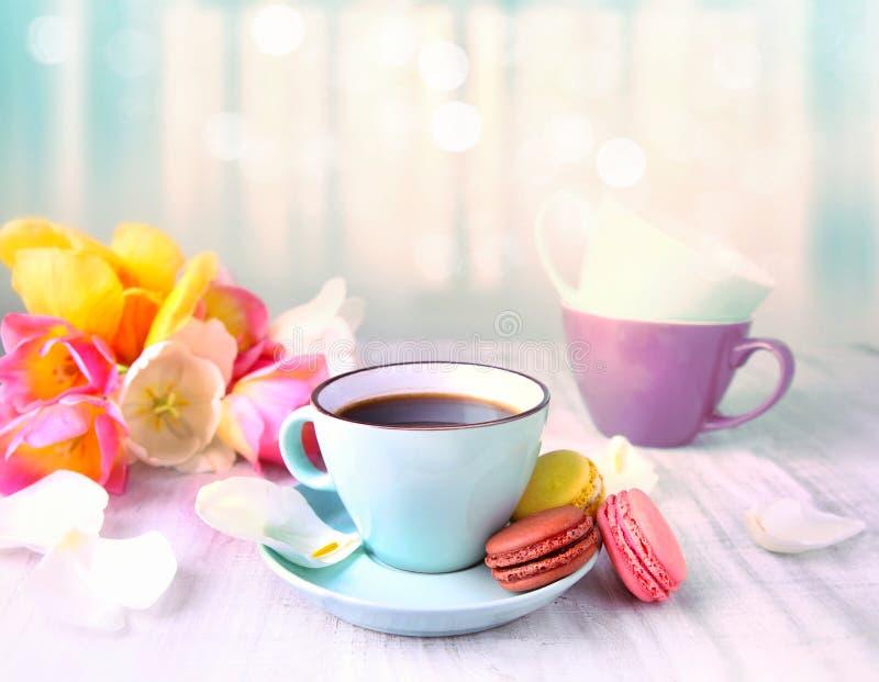 Café e bolinhos de amêndoa Dia do `s da matriz foto de stock