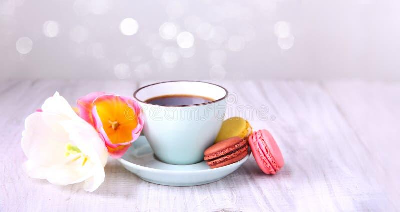 Café e bolinhos de amêndoa Fundo horizontal do dia do ` s da mãe foto de stock