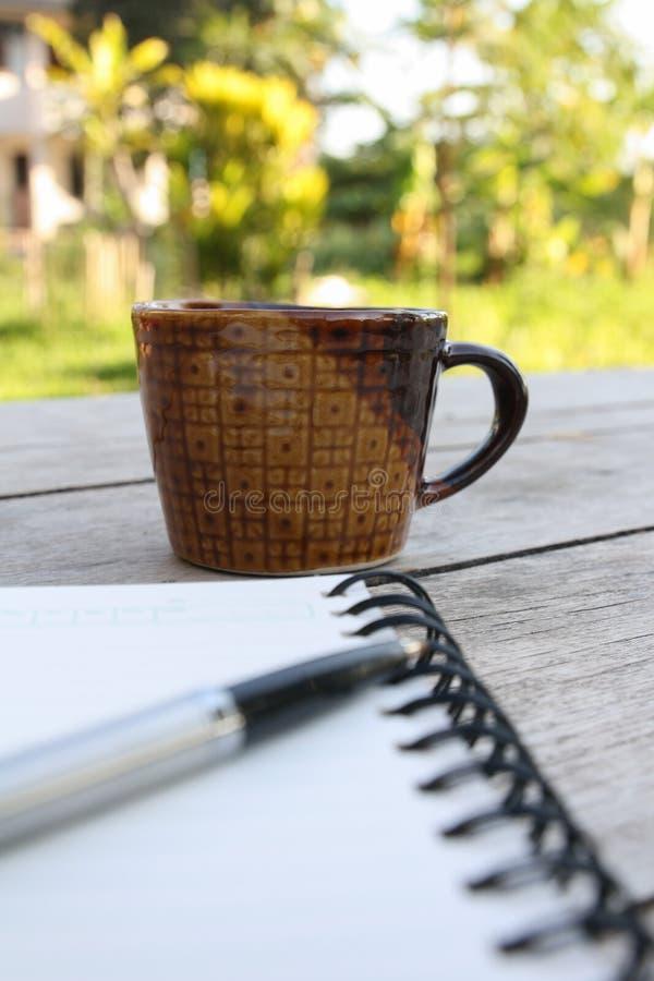 Café e caderno espiral foto de stock