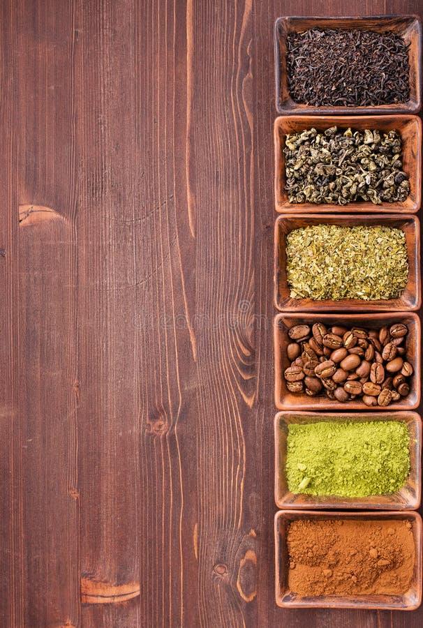 Café e chá da beira direita do fundo de madeira foto de stock