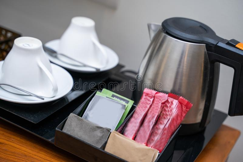 Café e chá do saquinho para a bebida na sala imagens de stock royalty free