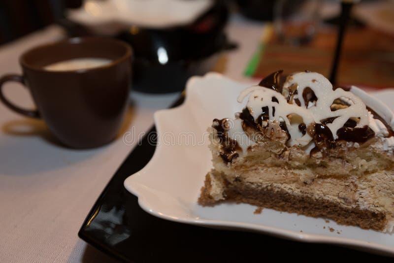 Café e deserto em uma tabela fotos de stock royalty free