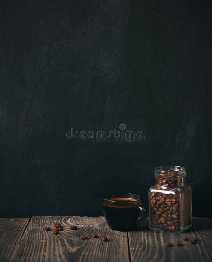 Café e feijões no quadro-negro imagens de stock royalty free
