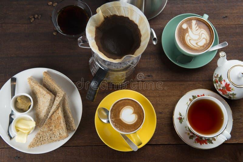 Café e latte em um café fotos de stock