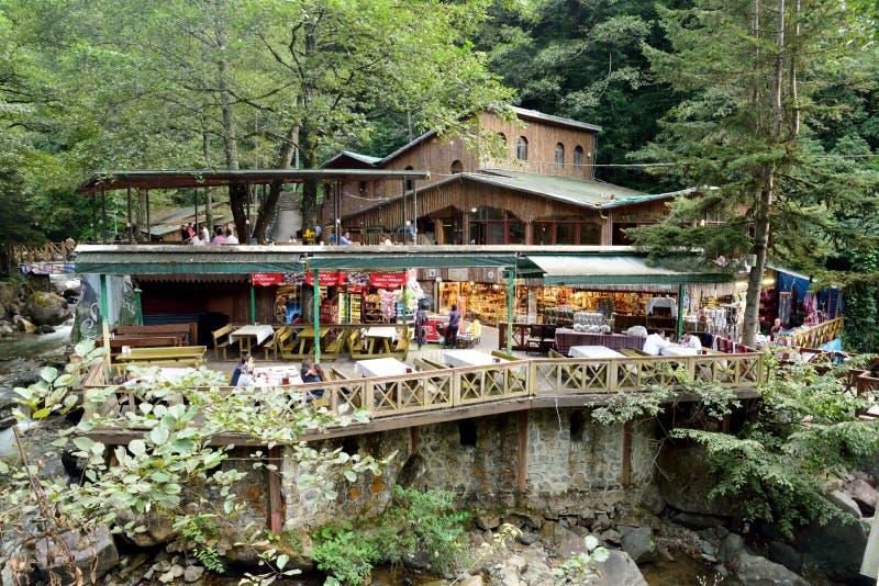 Café e lojas do salão de chá por um córrego montanhoso perto de Sumela Mona imagens de stock royalty free