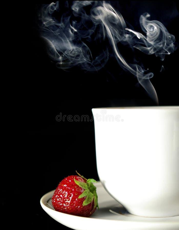 Café e morango no preto fotografia de stock royalty free