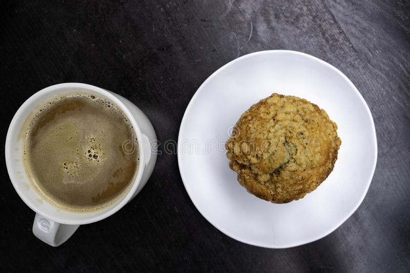 Café e muffin de mirtilo prontos para comer foto de stock