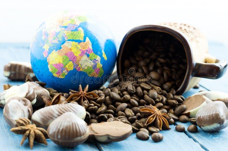 Café e o globo Promoção do café pelo mundo inteiro imagem de stock royalty free