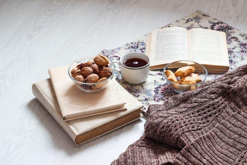 Café e pastelarias deliciosas para o café da manhã na manhã Porcas imagem de stock royalty free