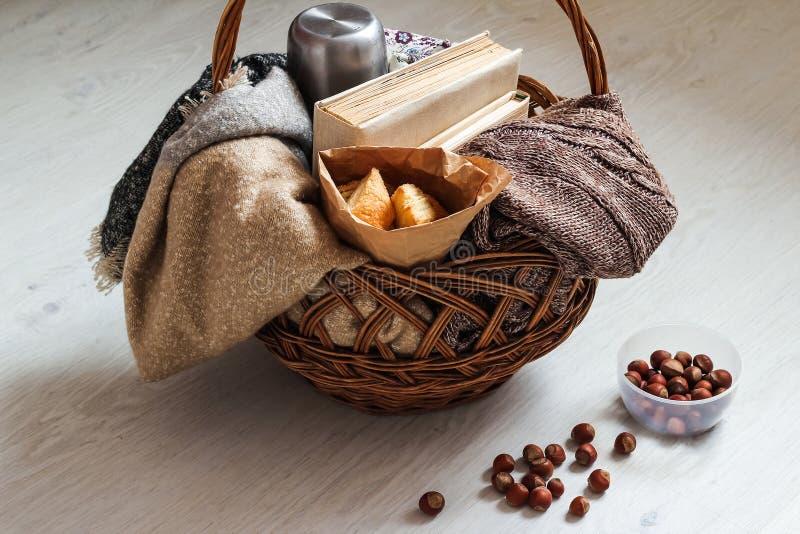 Café e pastelarias deliciosas para o café da manhã na manhã Porcas fotografia de stock royalty free