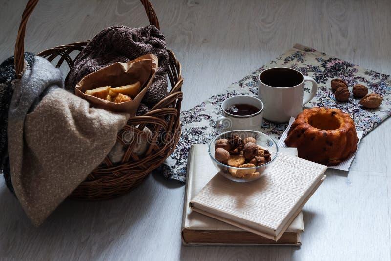 Café e pastelarias deliciosas para o café da manhã na manhã Porcas imagem de stock