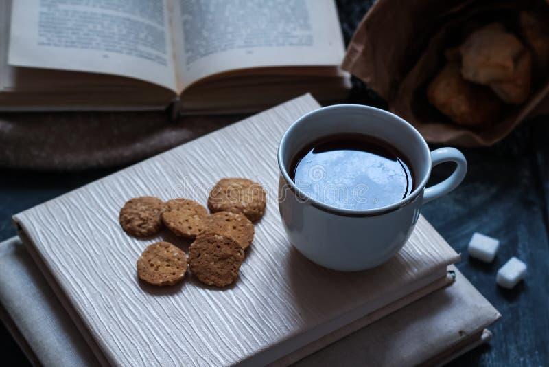 Café e pastelarias deliciosas para o café da manhã na manhã Porcas fotos de stock royalty free