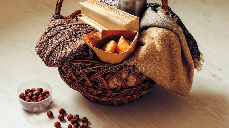 Café e pastelarias deliciosas para o café da manhã na manhã Porcas fotografia de stock