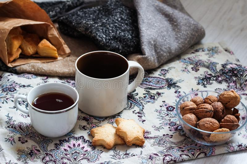 Café e pastelarias deliciosas para o café da manhã na manhã Porcas foto de stock royalty free