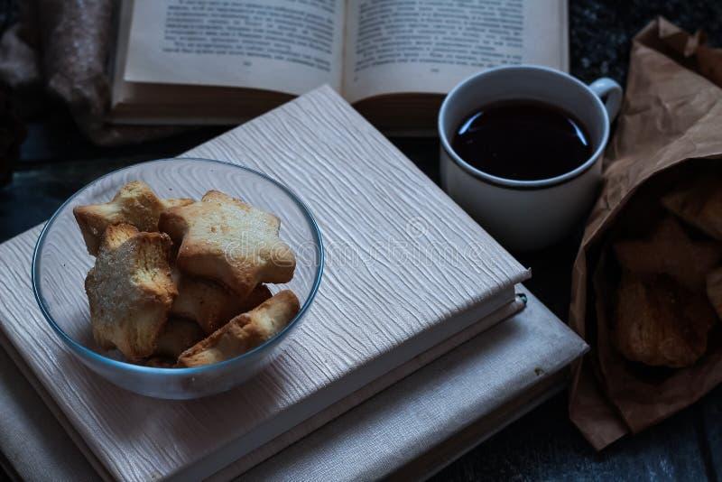 Café e pastelarias deliciosas para o café da manhã na manhã Porcas imagens de stock royalty free