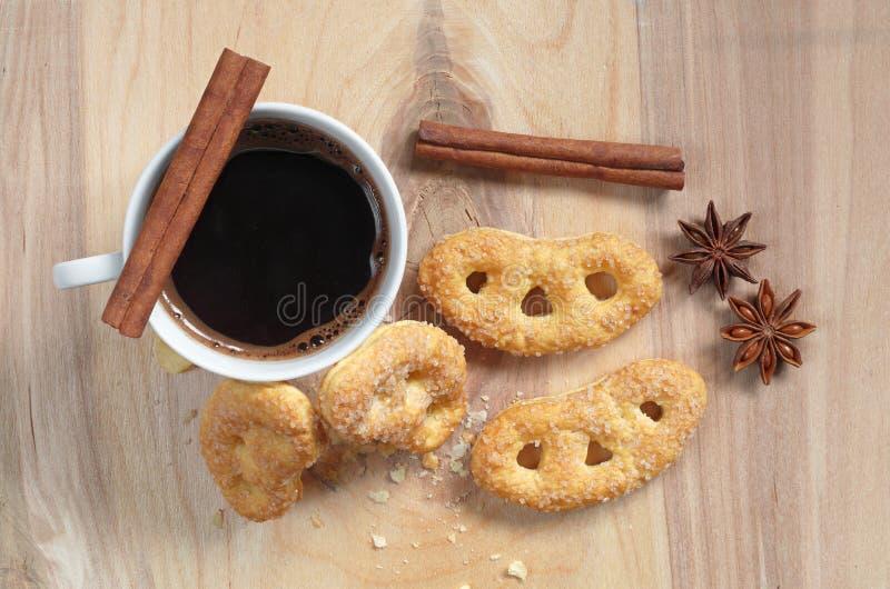 Café e pretzeis com açúcar foto de stock