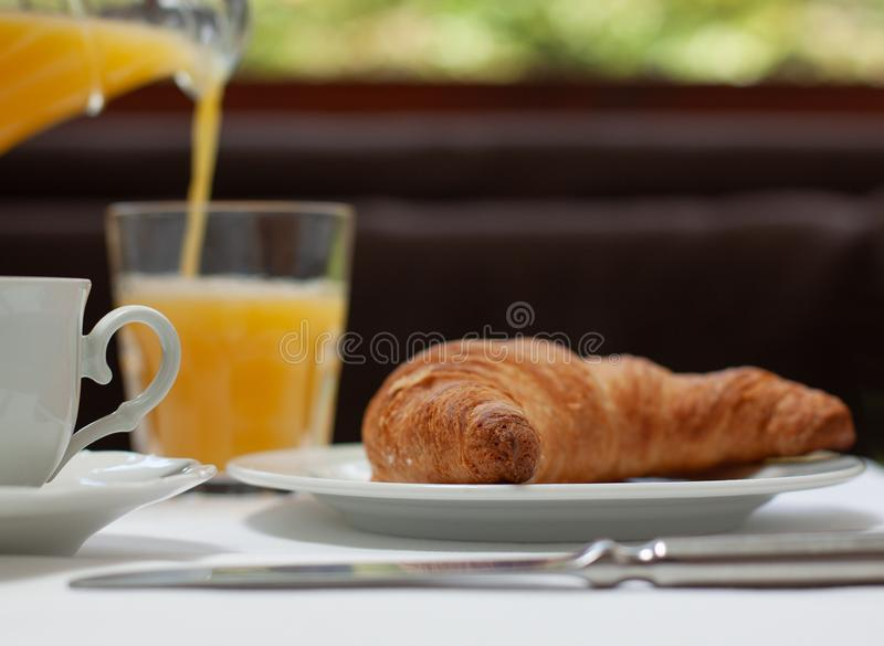 Café e suco de laranja do croissant do café da manhã do francês foto de stock