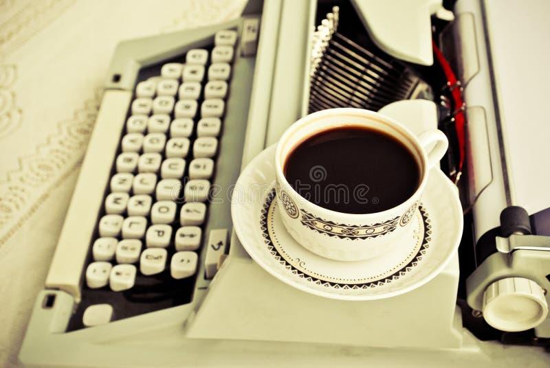 Café e uma máquina de escrever fotografia de stock