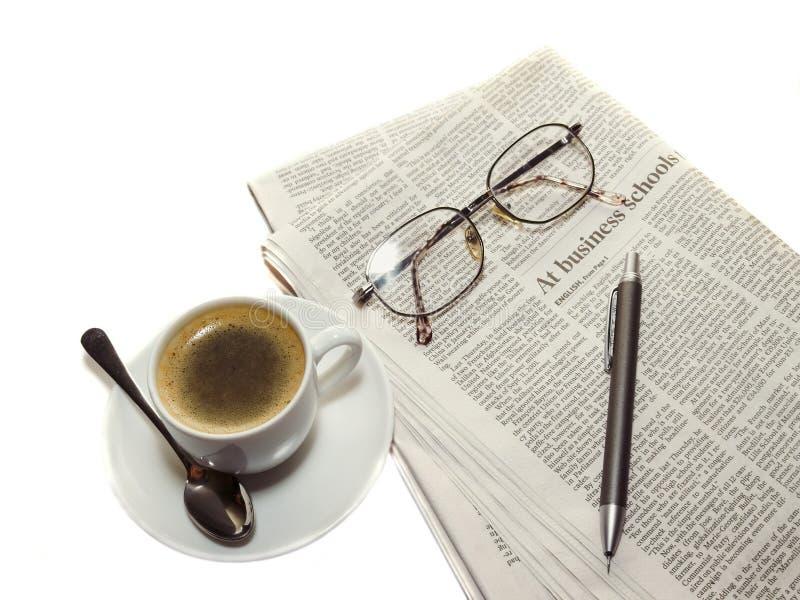 Café, el periódico, lápiz fotos de archivo
