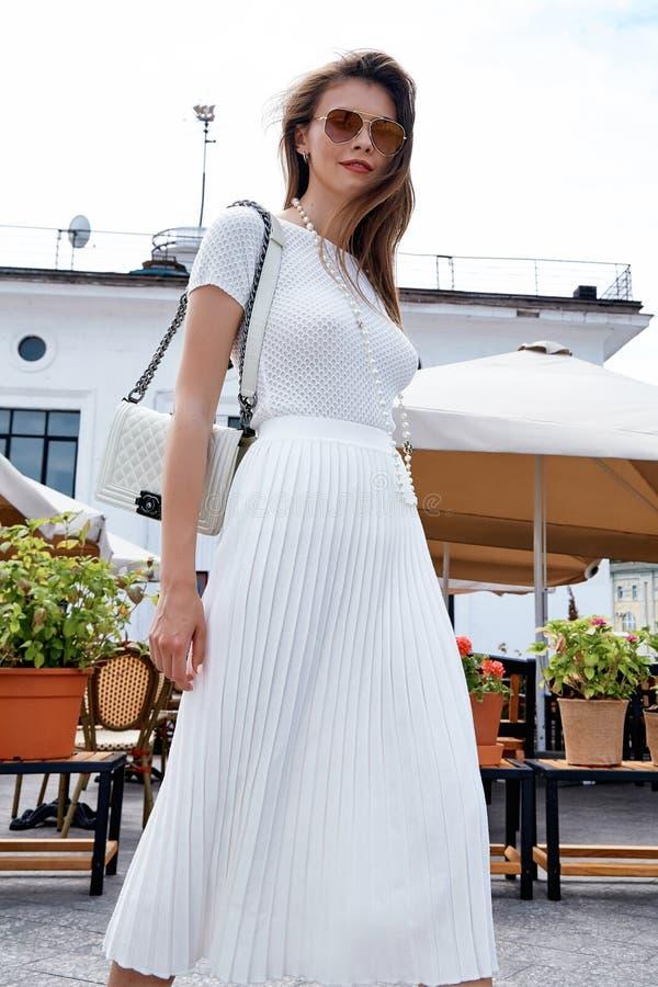 Café elegante del paseo de la mujer de la moda del estilo de la mirada atractiva morena de la calle fotos de archivo libres de regalías