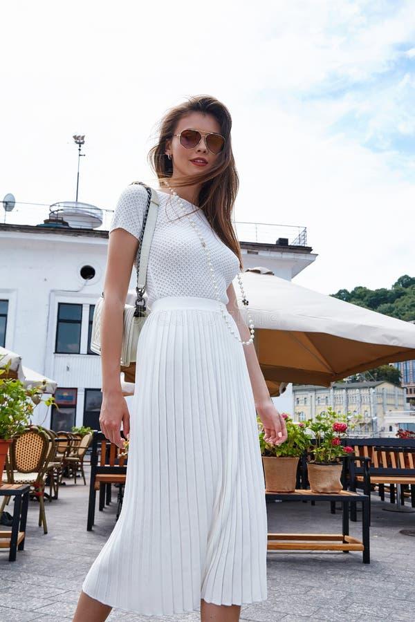 Café elegante del paseo de la mujer de la moda del estilo de la mirada atractiva morena de la calle foto de archivo libre de regalías