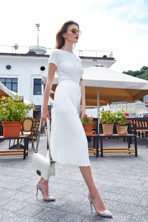 Café elegante del paseo de la mujer de la moda del estilo de la mirada atractiva morena de la calle imagen de archivo libre de regalías