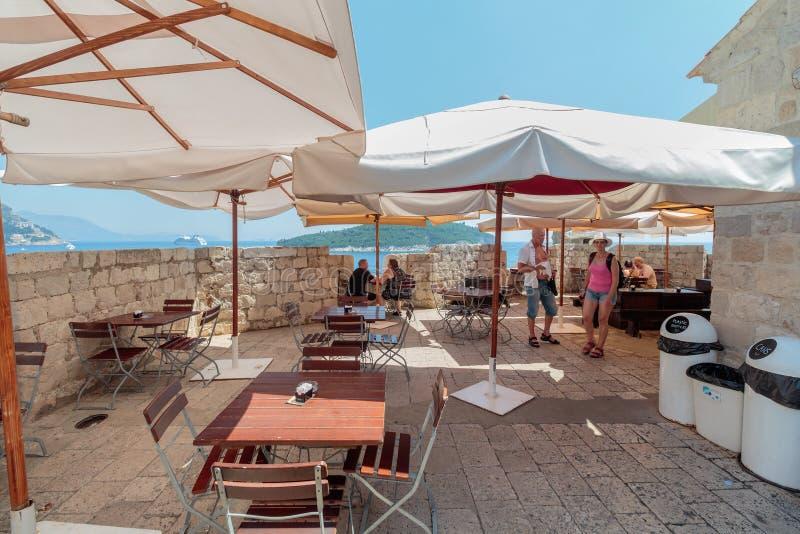 Caf? em paredes da cidade de Dubrovnik fotos de stock royalty free