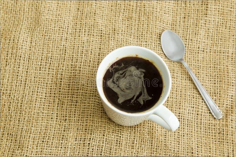 Café em um copo branco no marrom imagens de stock
