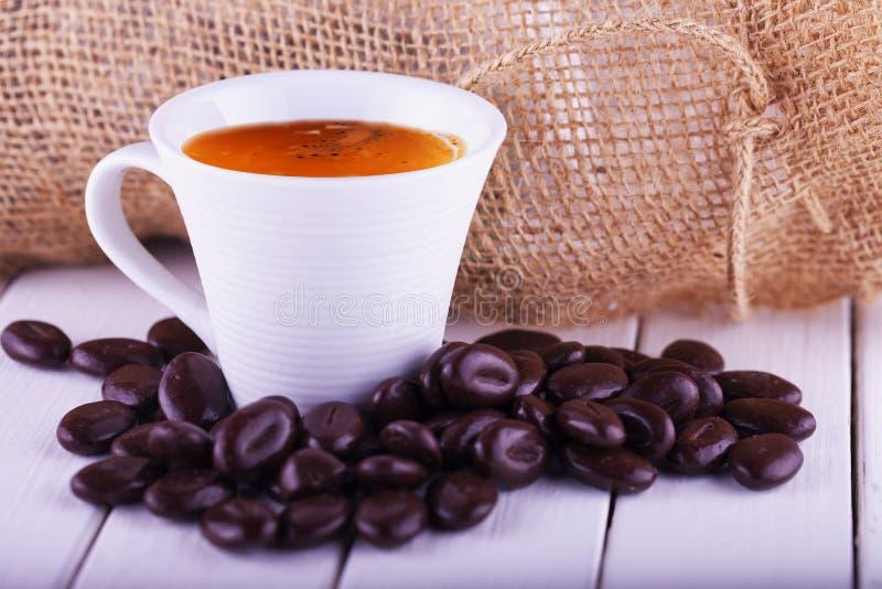 Café em um copo com feijões imagens de stock royalty free