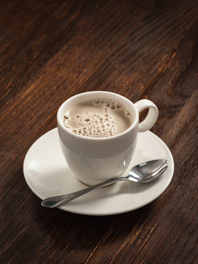 Café em um prato de porcelana branco na placa idosa foto de stock royalty free