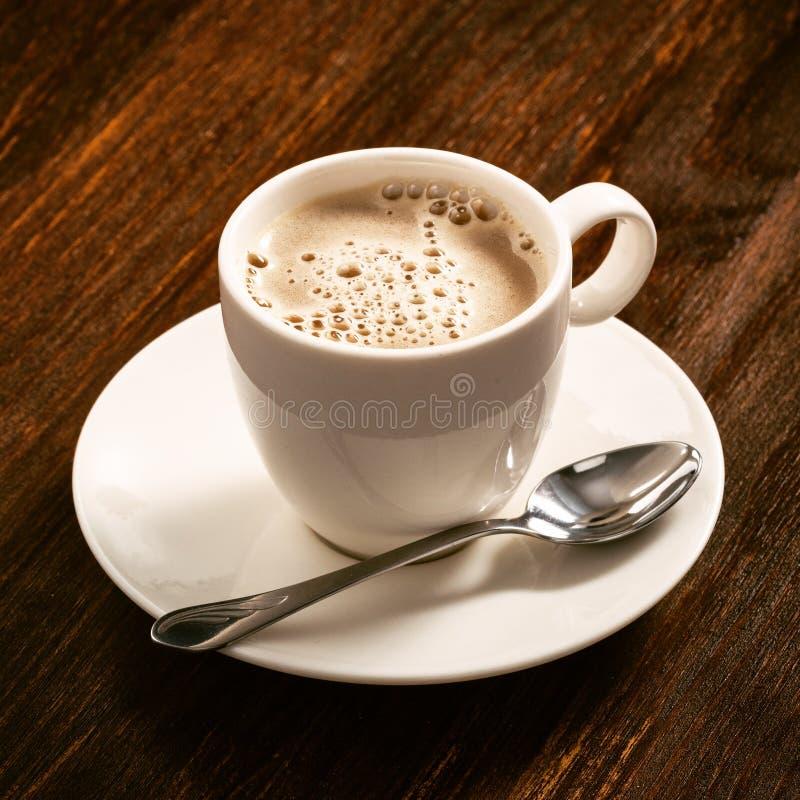 Café em um prato de porcelana branco na placa idosa imagens de stock royalty free
