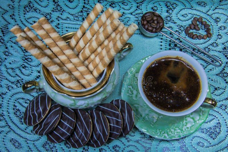 Café em uma tabela preta em um estilo retro imagens de stock