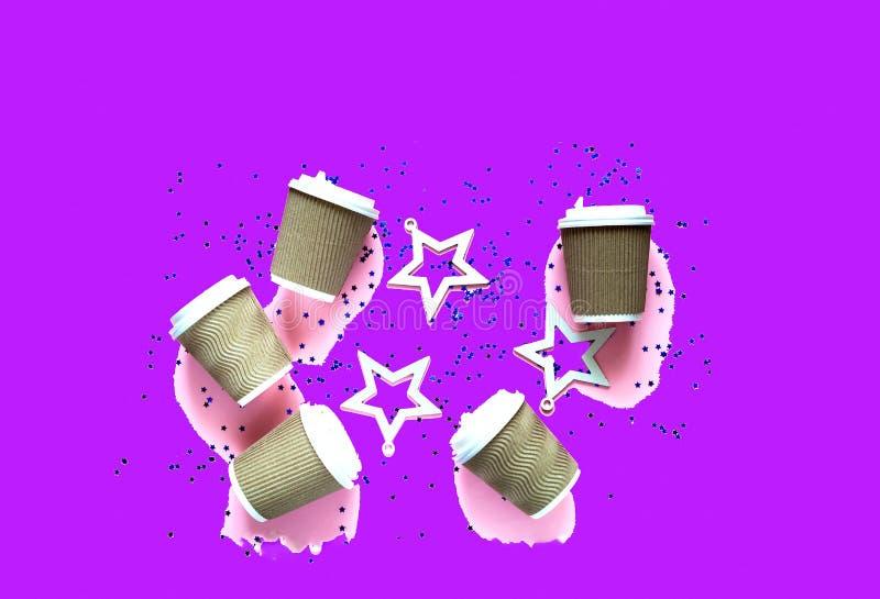Café em uns copos de papel descartáveis no fundo na moda pastel do rosa com sparkles imagens de stock royalty free
