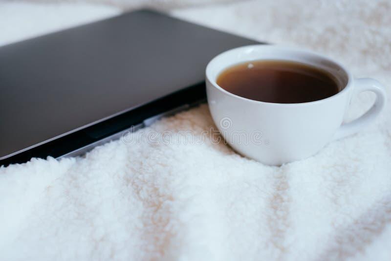 Café en cama fotografía de archivo libre de regalías