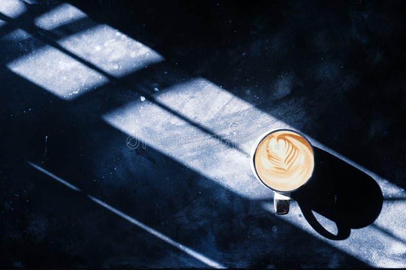 Café en el escape concreto de la luz del fondo foto de archivo libre de regalías