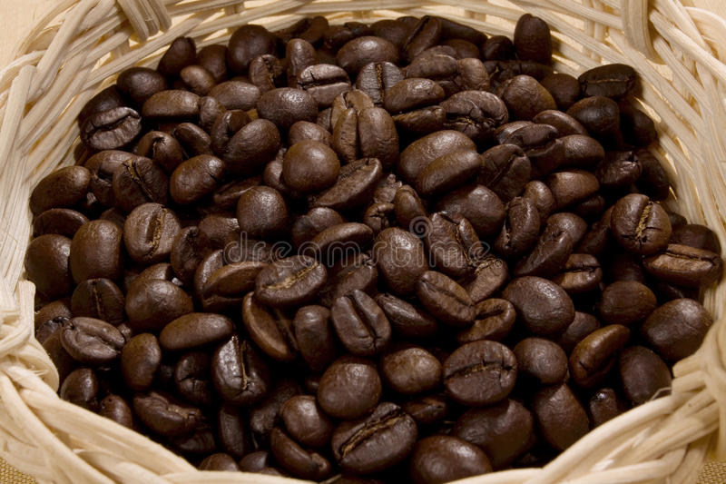 Café en la cesta foto de archivo