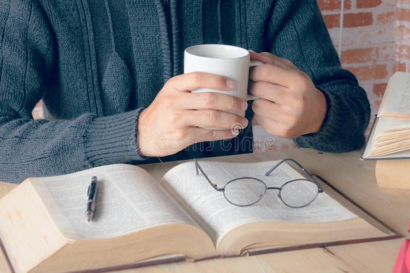 café en la lectura foto de archivo libre de regalías