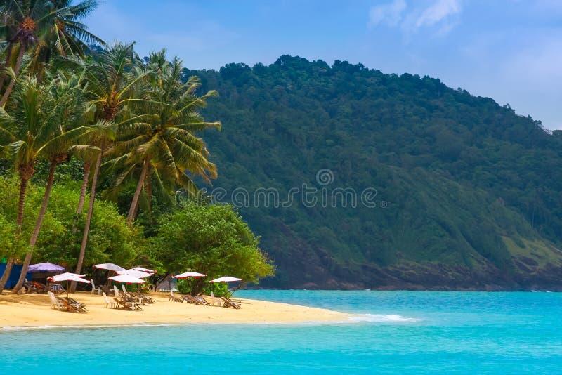 Café en la playa tropical remota del océano fotos de archivo