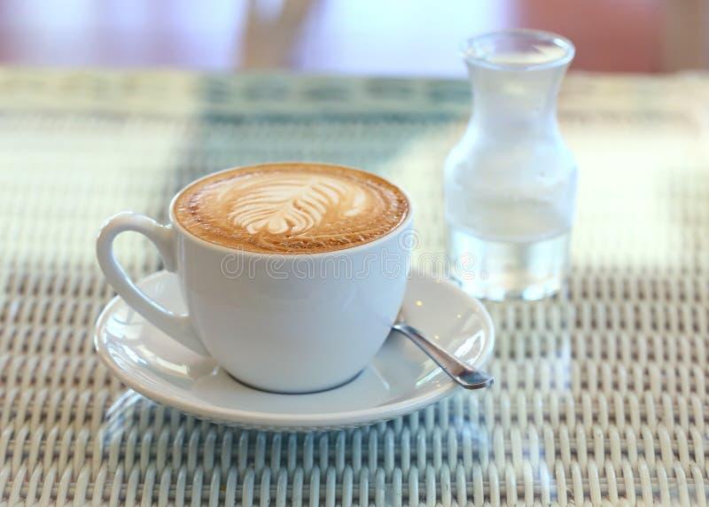 Café en la tabla blanca en café imagenes de archivo